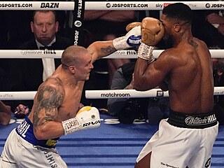 Ukrajinský boxer Oleksandr Usyk útočí na Brita Anthonyho Joshuu.