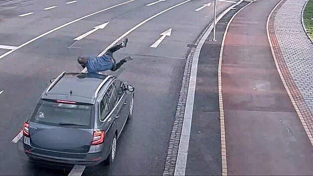 Muž bezdůvodně skočil na jedoucí auto, hledá ho policie