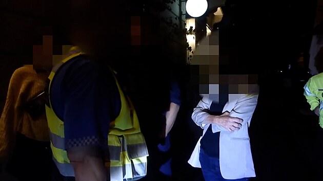 Strážníci našli kočárek s dítětem, matka popíjela v restauraci