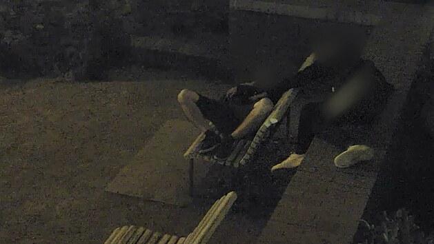 Opatrný zloděj si spáče prohlédl a osahal, pak mu vytáhl mobil