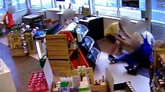 Lidé zadrželi zloděje na benzince, hrozil injekční jehlou
