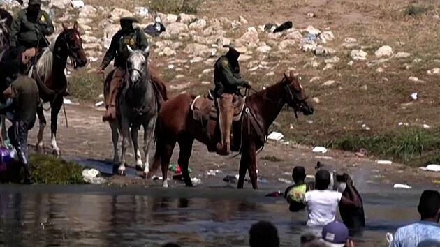 Američtí pohraničníci bránili hranici jako cowboyové. S bičem v ruce