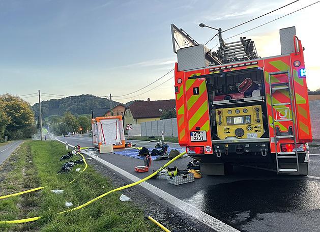 Z poškozené cisterny v Novém Jičíně unikla kyselina, hasiči evakuovali okolí