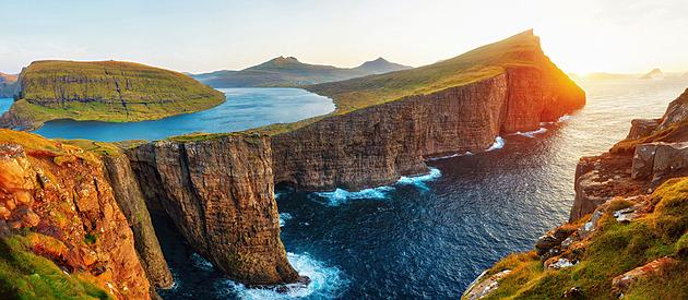 OBRAZEM: Optický klam? Jezero na Faerských ostrovech se vznáší nad oceánem