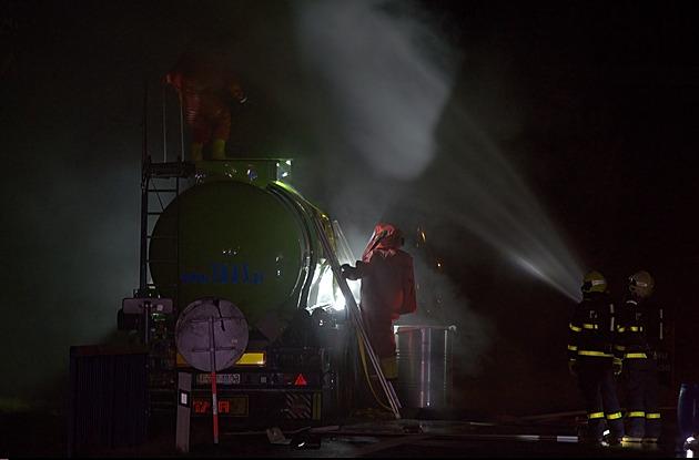 Z cisterny u Nového Jičína unikala kyselina, hasiči evakuovali desítky lidí