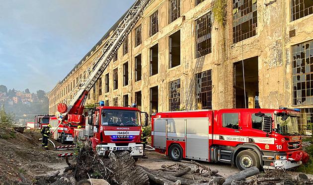 V Praze 9 hořela střecha haly určené k demolici, hasiči požár zlikvidovali