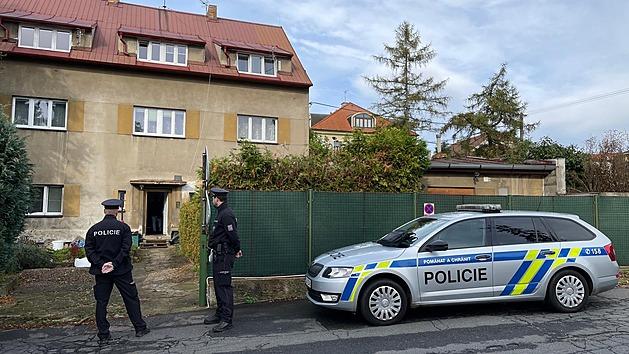 V bytovém domě v Hostivici u Prahy vybuchla varna drog, požár popálil ženu