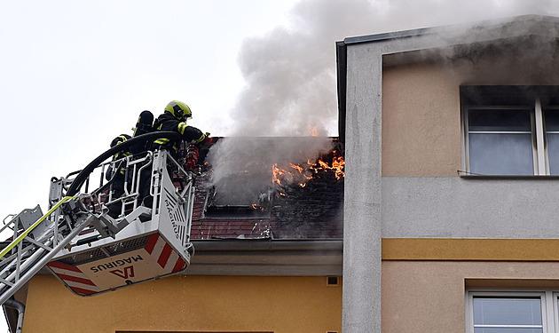 Hasiči zasahovali u požáru bytu v Karlových Varech, evakuovali pětipatrový dům