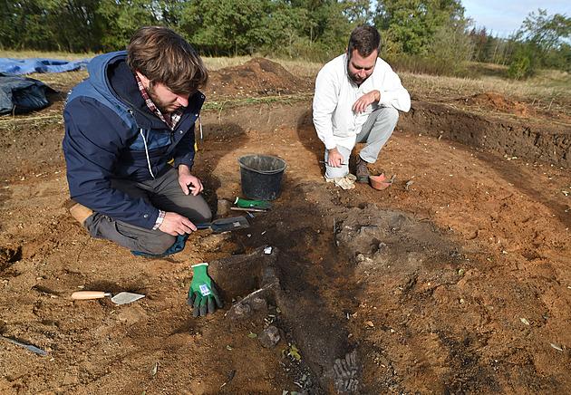 Vědci objevili u Řípu další pravěkou mohylu, ukrývala dva hroby dospělých