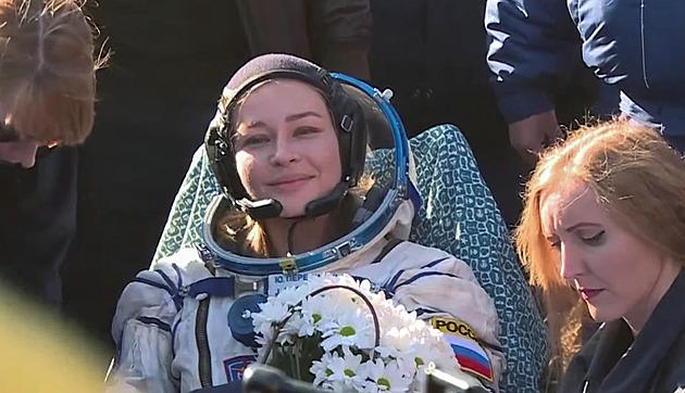 Ruští filmaři jsou zpět z natáčení ve vesmíru. Přistáli bezpečně v Kazachstánu