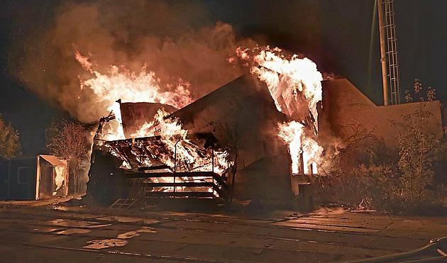 Na nádraží v Přerově shořela budova obývaná bezdomovci, dva přiotrávil kouř