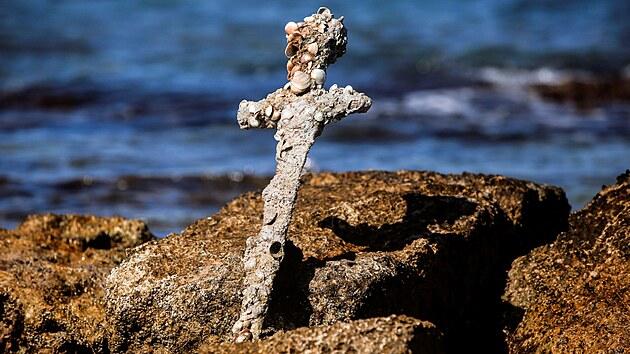 Potápěč našel na dně moře 900 let starý meč, patřil křižáckému rytíři