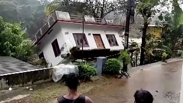 Rozbouřená řeka pohltila během chvíle rodinný dům