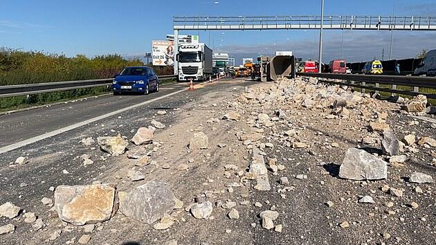 Kamení z převráceného kamionu zasypalo Pražský okruh, tvoří se kolony