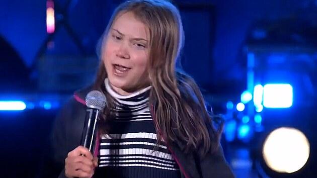 Projevy stranou. Greta překvapila dav zpěvem a tanečními kreacemi