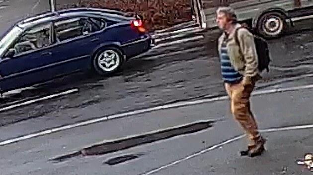 Muž v autobusu osahával ženu v rozkroku. Když ho okřikla, utekl