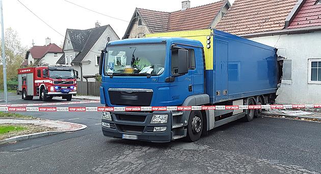 Kamion při couvání prorazil zeď rodinného domu, místo posoudí statik