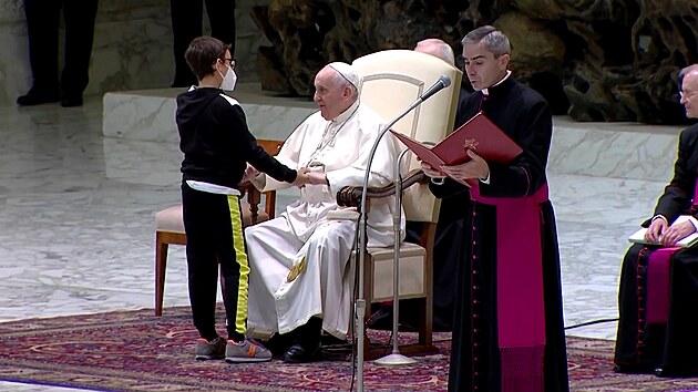 Chlapec v teplákové soupravě upoutal pozornost papeže i široké veřejnosti