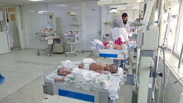 Nemocnice v Kábulu kolabují. Jedna zdravotní sestra se stará o 24 dětí