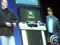 Seamus Blackley a Bill Gates při prezentaci Xboxu, listopad 2001