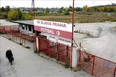 Místo stadionu zarostlá díra