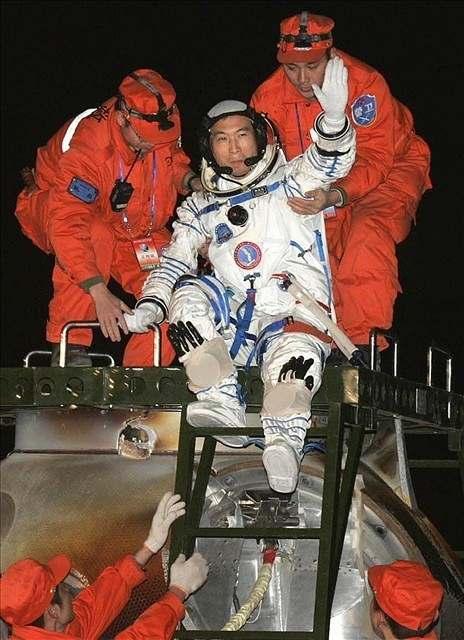Čínští kosmonauti se úspěšně vrátili