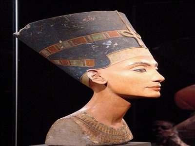 Archeologové našli sochu matky Achnatona