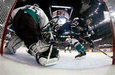 Edmonton promarnil první mečbol