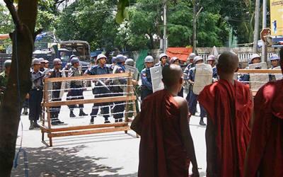 Barmská junta zatkla stovky mnichů