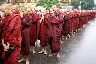 V Barmě vyšlo do ulic 100.000 lidí