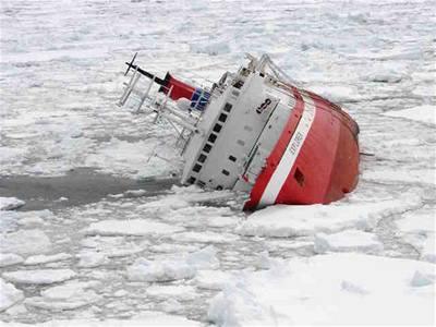 U Antarktidy ztroskotala loď
