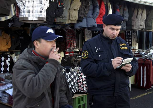Policisté prohledávali libušskou tržnici