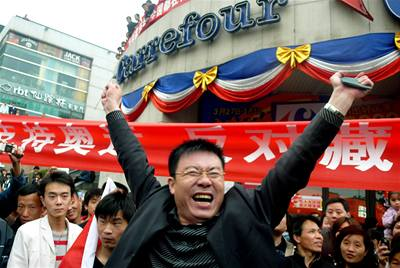 Čína vrací úder: bojkot Francie a demonstrace