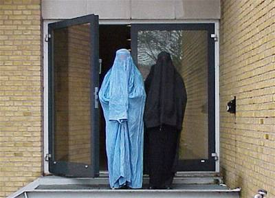 Muslimky musí sundat v autobuse závoj