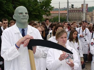 Studenti 'pohřbili' fakultní nemocnice