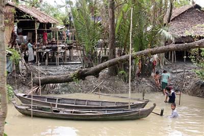 Barmská junta vozí lidi na pustá místa