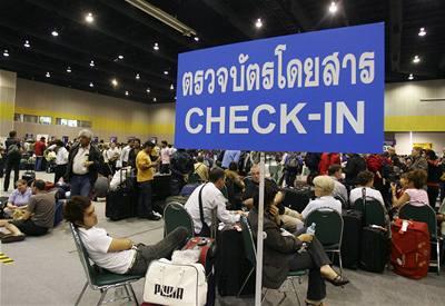 Turisté opouštějí Thajsko. Vláda slíbila zajistit bezpečnost