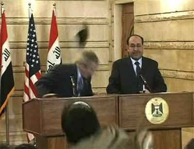Na Bushe zaútočili v Bagdádu botou
