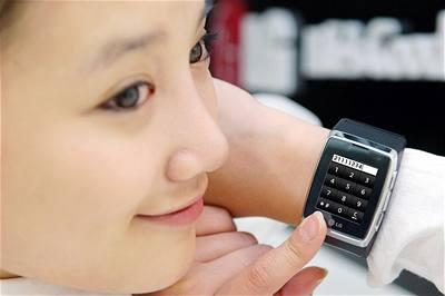 Zvykneme si na mobily na zápěstí?