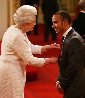 Alžběta II. se ptala Hamiltona na auto