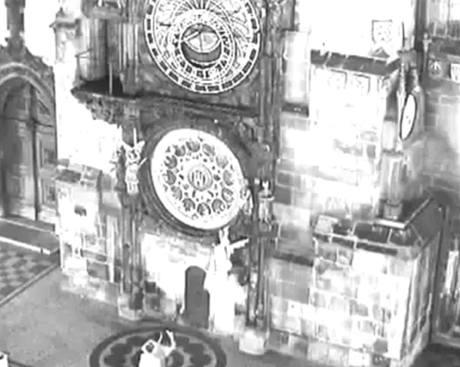 Hvězdáře z orloje poničil vandal v kápi