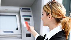 Čechy stále štvou bankovní poplatky. Nový zákon jejich názor nezměnil