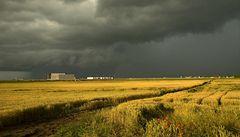 Silné bouře zasáhnou celé Čechy, hrozí rozvodnění malých toků. Na Moravě až 34 stupňů