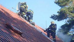 Při požáru chalupy se zranilo devět lidí, dva vážně