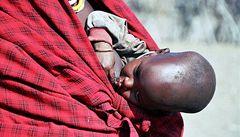 Uganďan nutil manželku kojit štěňata, došly mu prý krávy