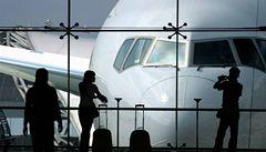 Na londýnském letišti byli zatčeni muži hrozící bombovým útokem