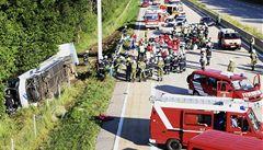 Po nehodě autobusu pobíhali po dálnici zakrvavení ranění