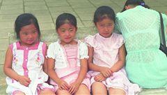 Čínské úřady údajně prodaly desítky holčiček do zámoří