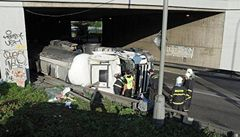 Dopravu v Praze komplikují uzavírky. Silnice s převrácenou cisternou je již průjezdná