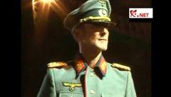 Starosta se na módní přehlídce promenoval v nacistické uniformě
